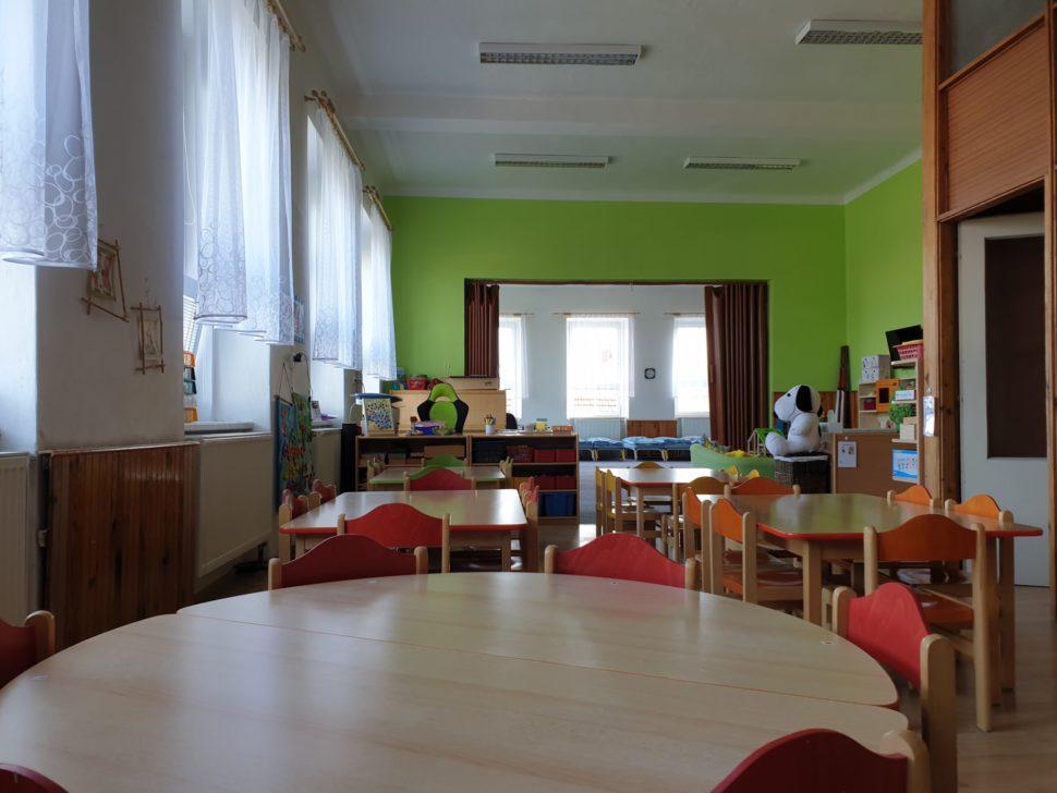 Průhled celou třídou od výtvarné místnosti