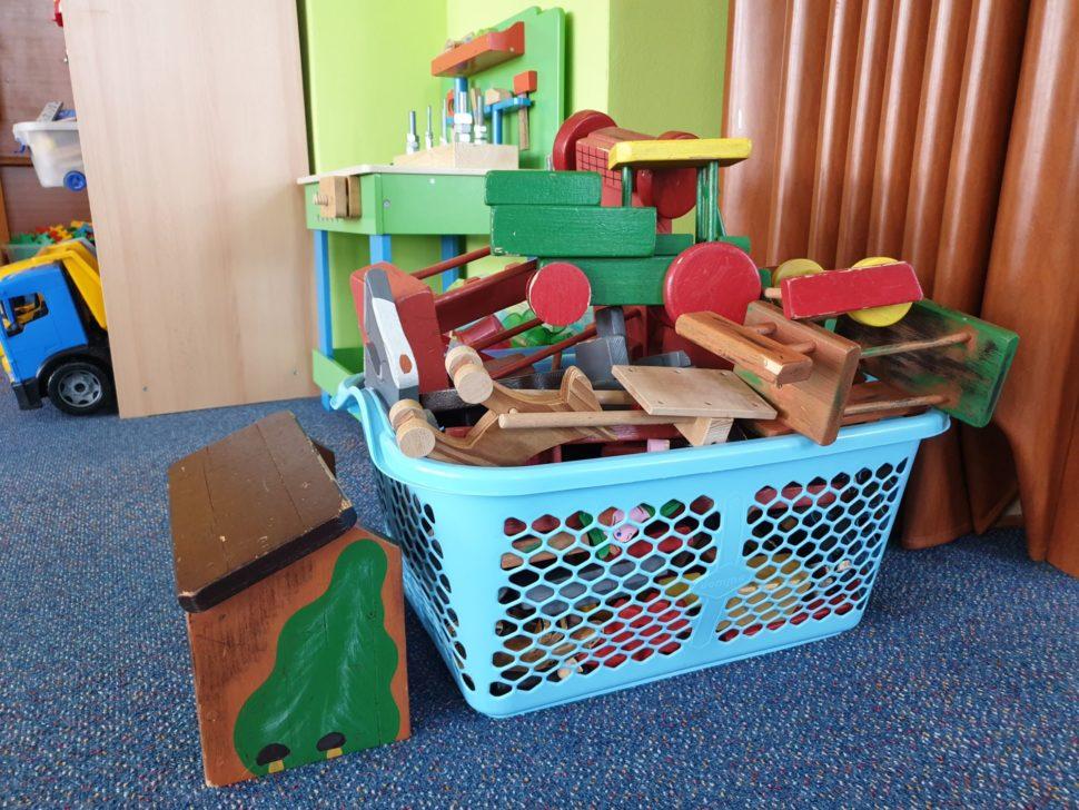 Třída - dřevěné hračky vplastovém koši