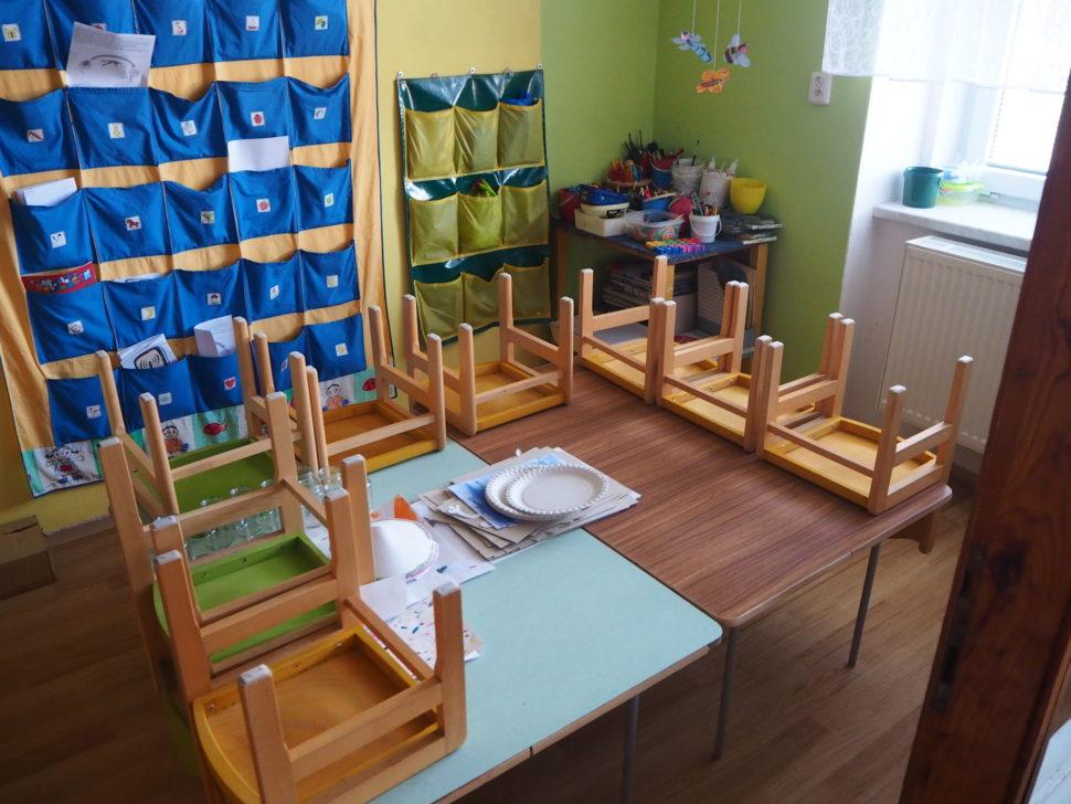Stůl ažidličky ve výtvarné místnosti