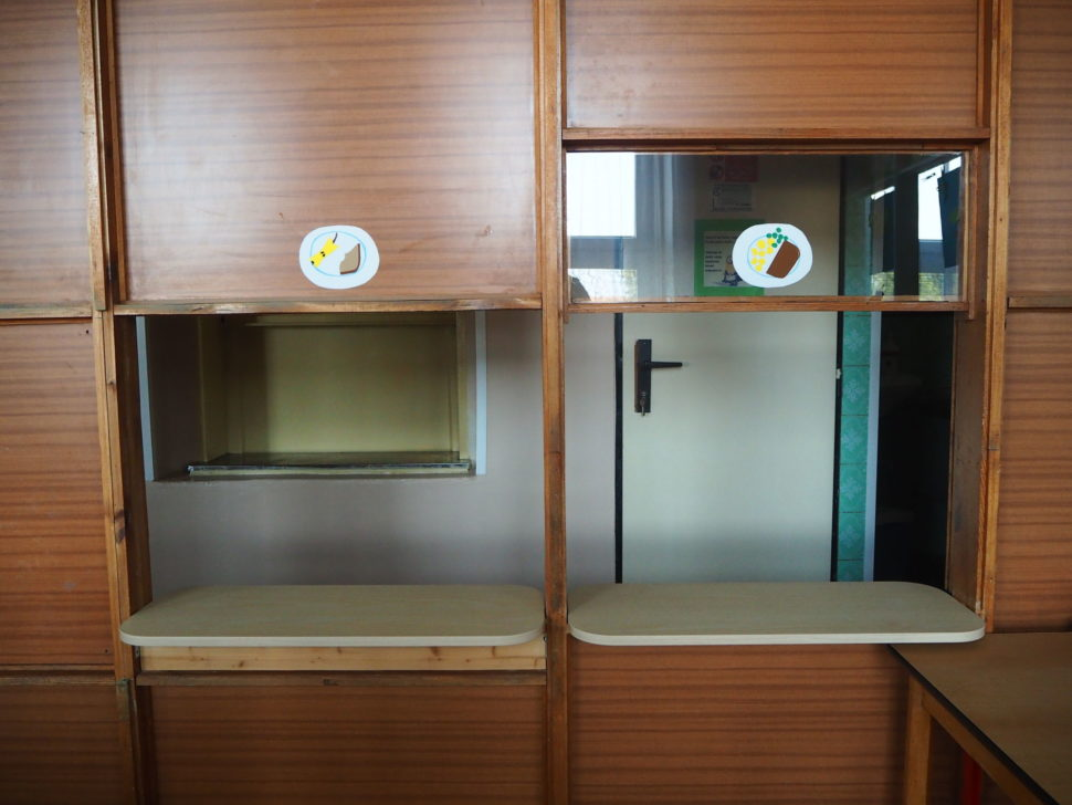 Výdejní okno pro svačinky, obědy ve třídě