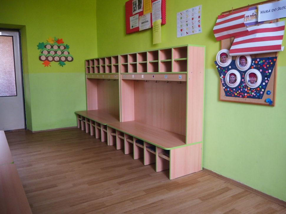 Šatna - lavice kde děti sedávají II.