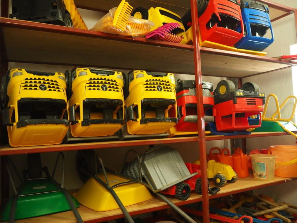 Hračky - plastová auta, kolečko, konve, hrabě - pro venkovní aktivity dětí