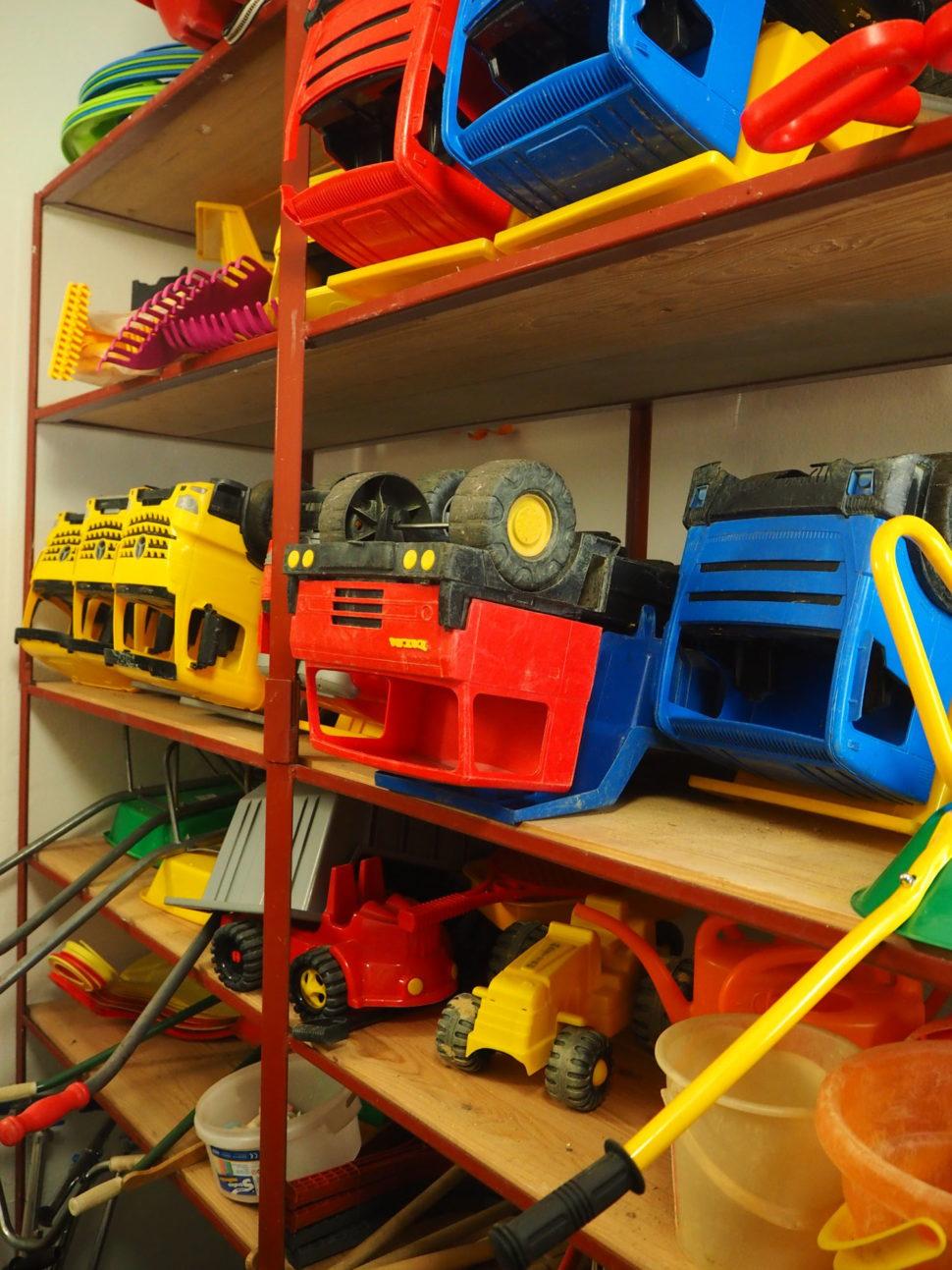 Plastová auta adalší hračky pro použití naškolní zahradě